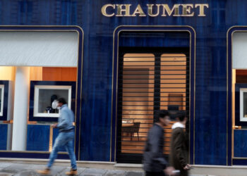 Passers-by walk past a Chaumet jewellery store located close to the Champs-Elysee avenue in central Paris, on July 27, 2021. - The Chaumet jewellery store was targeted by an armed robbery, and between 2 and 3 million euros worth of goods have been stolen, according to a close source. (Photo by GEOFFROY VAN DER HASSELT / AFP)